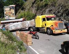 Tráiler bloquea la carretera en el Km. 158 El Canchó, Santa Cruz del Quiché, (Foto Prensa Libre: Héctor Cordero).