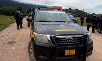 Agentes policiales realizan operativos en la carretera al norte de Huehuetenango, tras la fuga de 18 reos en carceleta de Santa Eulalia. (Foto Prensa Libre: PNC)