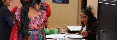 Madres que llevaron a sus hijos a vacunar a los centros de salud en Quiché denunciaron que faltan medicamentos. (Foto Prensa Libre:  Héctor Cordero)