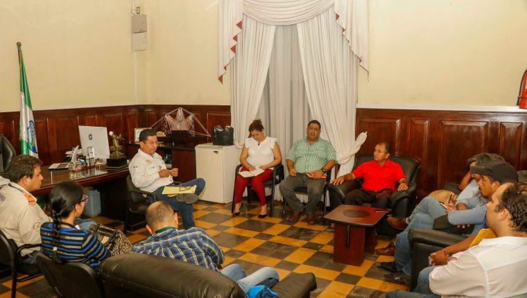 Líderes comunitarios de la aldea Tres Cruces, Retalhuleu, se reunieron  con el gobernador para exigir limpiar el río Ocosito. (Foto Prensa Libre: Rolando Miranda)