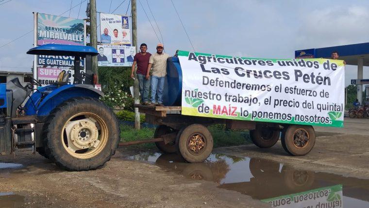Productores de maíz en Las Cruces bloquean el ingreso al municipio. (Foto Prensa Libre: Dony Stewart)