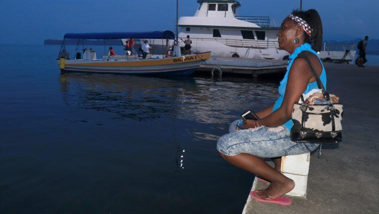 Claudia Flores de Lívingston observa la llegada de pocas embarcaciones al muelle del lugar,  expresa que el estado de Sitio ha representado baja en turismo en la localidad. (Foto, Prensa Libre: Dony Stewart).