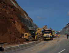 Trabajadores de Conasa retiraron lodo y lavaron asfalto, la Conred dictaminará si es seguro abrir el paso mañana. (Foto Prensa Libre: Víctor Chamalé)