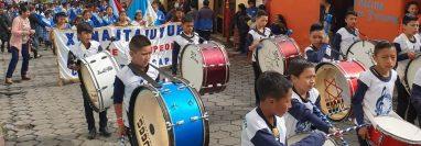 Bandas musicales de los diferentes centros educativos amenizaron el recorrido. (Foto Prensa Libre: Cortesía RBCNoticias)