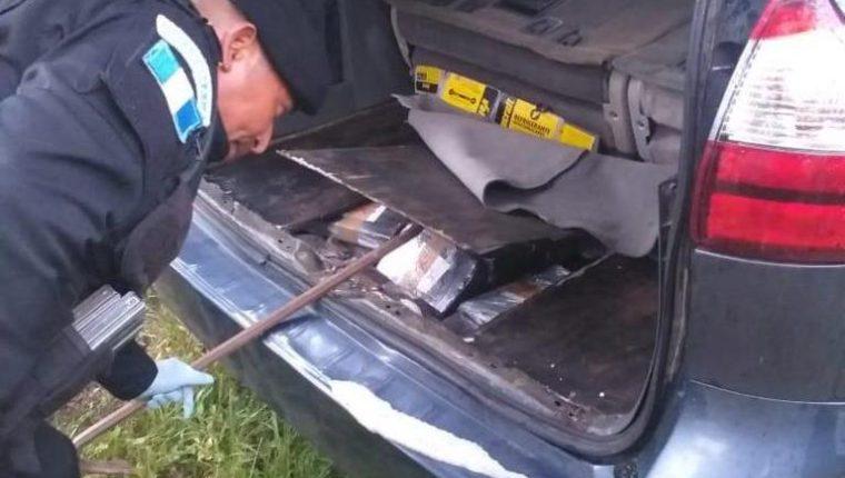 La Policía Nacional Civil localizó 158 paquetes de cocaína ocultos dentro de un vehículo en Retalhuleu. (Foto Prensa Libre:_ Cortesía)