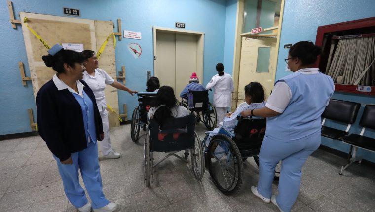 Los ascensores en el Hospital Regional de Occidente sirven para el traslado de enfermos. (Foto Prensa Libre: Mynor Toc)