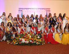 Las reinas nacionales e internacionales junto a Señorita Quetzaltenango y Flor de Pueblo Maya posan para la prensa. (Foto Prensa LIbre: Mynor Toc)
