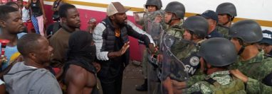 La Guardia Nacional llegó a uno de los albergues en Tapachula para calmar los ánimos de los inmigrantes africanos. (Foto Prensa Libre: Cortesía)