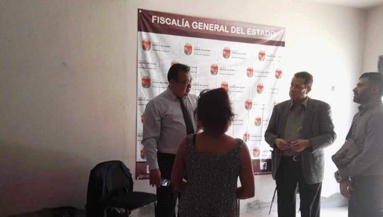 El vicecónsul Fernando Castro -saco gris- solicitó en la Fiscalía de Comitán apoyo para la connacional victima de violación. (Foto Prensa Libre: Cortesía)
