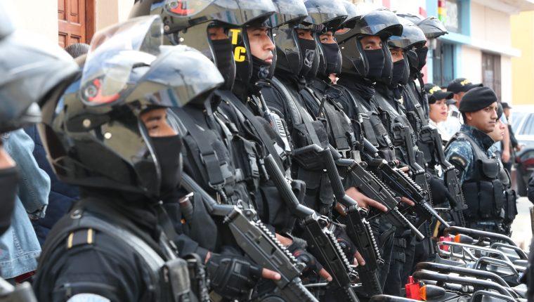 La nómina en el Ministerio de Gobernación aumentará y ascenderá a unos Q4 mil 364 millones en el rubro de remuneraciones y se explica por el reciente bono de Q1 mil que se otorgó a los agentes de la Policía Nacional Civil (PNC). (Foto Prensa Libre: Hemeroteca)