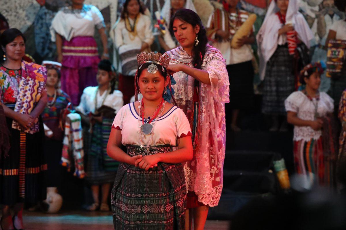 Coronan a la nueva Flor Nacional del Pueblo Maya