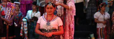 Ana Judith González García, Flor Nacional del Pueblo Maya, fue coronada por Dalyna Hernández Basilio, reina saliente. (Foto Prensa Libre: Mynor Toc)