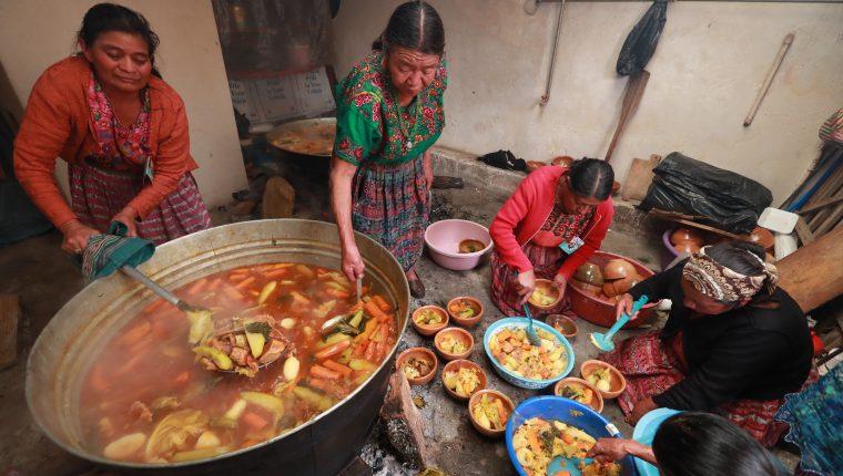 Un grupo de mujeres sirve el caldo de Tobik para el almuerzo de la Sociedad Amistad en Totonicapán. (Foto Prensa Libre: Mynor Toc)