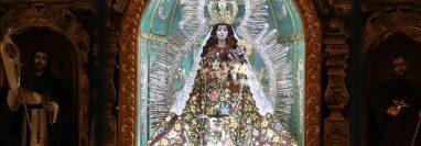 La imagen de la Virgen del Rosario es de madera tallada incluyendo el vestido largo con mangas al estilo del siglo XV y mide aproximadamente 1.60 metros. (Foto Prensa Libre: Mynor Toc)