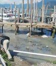 Un río de aguas servidas ingresa directamente al Lago de Atitlán en el embarcadero de Panajachel. (Foto Prensa Libre: Tomada del video de David Rojas)