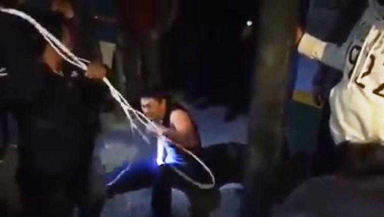 Padre azota a su hijo sindicado de intentar robar un picop en la zona 1 de Sololá. (Foto Prensa Libre:  Captura de video)