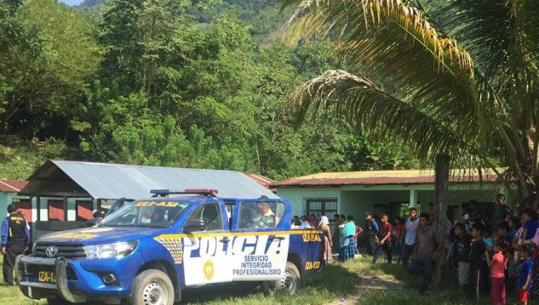 Momento en que autoridades retiran de la escuela de Semuy 2, El Estor, los cadáveres de los tres soldados. (Foto Prensa Libre: Dony Stewart).