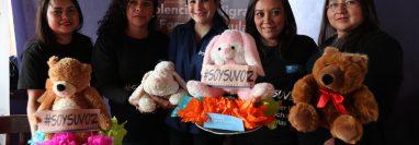 Por medio de la campaña #SoySuVoz pretenden recaudar más de mil peluches para los niños de dos comunidades de Xela. (Foto Prensa Libre: María Longo)