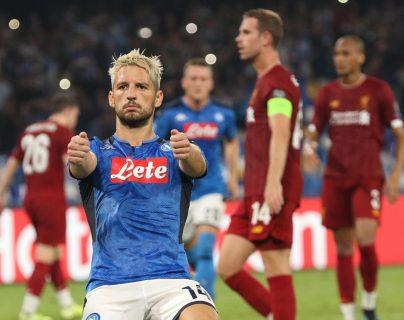 Dries Mertens celebra después de anotarle al Liverpool. (Foto  Prensa Libre: EFE)