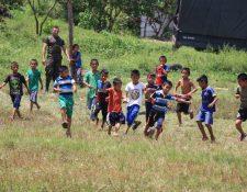 Un grupo de niños juega futbol en el campo de Semuy 2, El Estor, Izabal, a pocos metros de donde tres soldados fueron ejecutados. (Foto Prensa Libre: Dony Stewart)