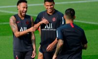 Paris Saint-Germain's Brazilian forward Neymar (L) and defender Tiago Silva (R) attend a training session on September 13, 2019 in Paris a day before a French L1 football match against Strasbourg. (Photo by GEOFFROY VAN DER HASSELT / AFP)