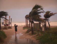 Los efectos de Dorian están comenzando a sentirse en Cocoa Beach, Florida. (Foto Prensa Libre: AFP)