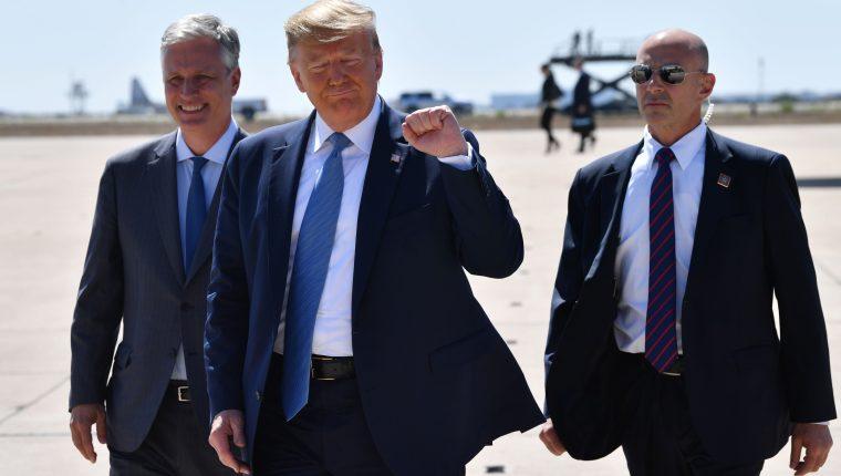 Donald Trump gesticula durante su visita a la frontera cerca de San Diego, California. (Foto Prensa Libre: AFP)