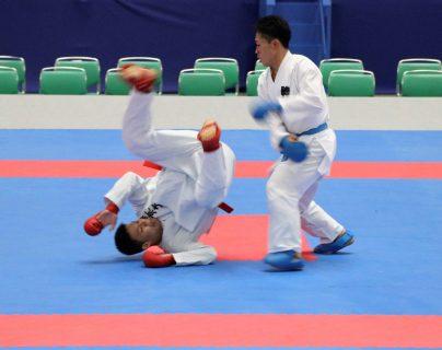 Los karatecas H. Tachibana (con cinturón rojo) y K. Watanabe (con cinturón azul) disputan un combate kumito de kárate durante un evento de prueba para los Juegos Olímpicos de Tokio 2020. (Foto Prensa Libre: EFE)