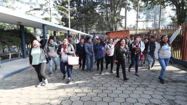 Universitarios ingresaron al Cunoc, cantaron La Chalana y llevaron rosas. (Foto Prensa Libre: María Longo)