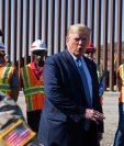 Donald Trump habla a los medios durante su visita a la frontera con México en California. (Foto Prensa Libre: AFP)