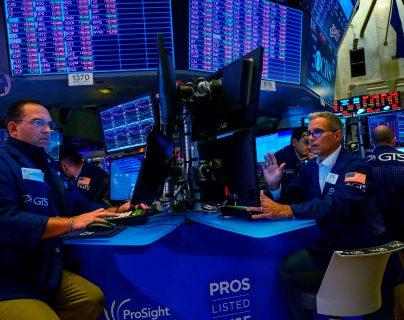 El nerviosismo de los inversores se hace más visible en el comportamiento de las bolsas pero, en especial, en los tipos de operaciones que realizan. (Foto Prensa Libre: AFP)