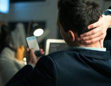 Si pasa demasiado tiempo en una mala postura por el uso de teléfonos y otros dispositivos móviles tendrá consecuencias en su salud. (Foto Prensa Libre: Servicios)