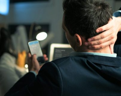 Estudio alerta a jóvenes que adicción al teléfono puede llevar a la depresión