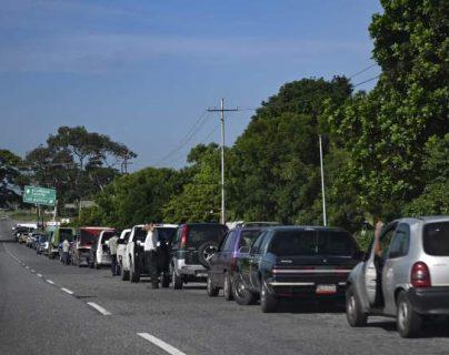 Conductores esperan en fila para abastecerse en una gasolinera, en Barinas, Venezuela, debido a la crisis que enfrenta el país. (Foto Prensa Libre: AFP)