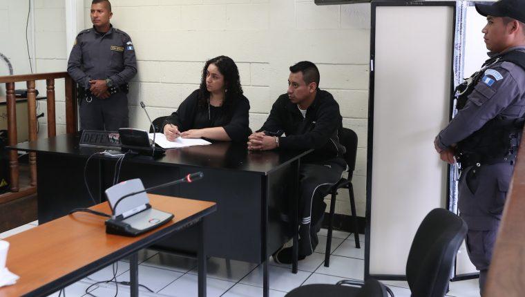 Edin Yovani Cotom Nimatuj escuchó la sentencia en su contra en el Tribunal de Femicidio de Quetzaltenango. (Foto Prensa Libre: María Longo)