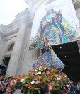 Los fieles acudieron a la Catedral Metropolitana de los Altos para observar y tomar fotografías de la imagen de la Virgen del Rosario. (Foto Prensa Libre: María Longo)
