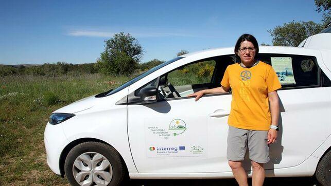 La turista Margarita Revilla, usuaria de uno de los vehículos eléctricos del Parque Natural Arribes, en Fermoselle (Zamora).  Foto Prensa Libre, EFE