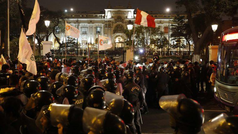 Resultado de imagen para Ciudadanos celebrando la disolución del Congreso. en peru