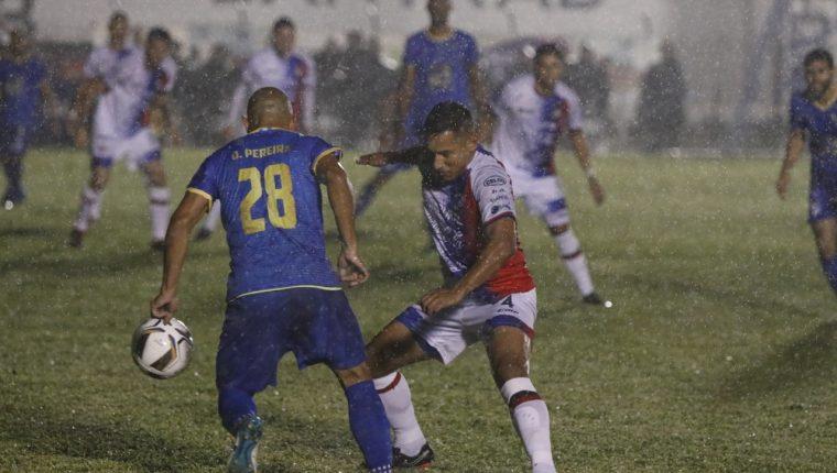 Bajo una intensa lluvia Xelajú MC y Cobán Imperial dividieron puntos. (Foto Prensa Libre: Eduardo Sam)