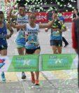 Heidy Villegas alza los brazos momentos antes de cruzar la meta en la carrera de los 21K de la Ciudad de Guatemala. (Foto Prensa Libre: Norvin Mendoza)