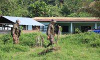 Soldados patrullan en Semuy 2, El Estor, Izabal, donde tres de sus compañeros fueron ultimados. (Foto Prensa Libre: Dony Stewart)