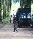 En la entrada a Semuy 2, El Estor, Izabal, permanecen unidades militares. (Foto: Prensa Libre: Dony Stewart)