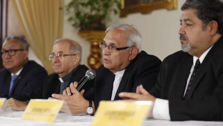 El cardenal Álvaro Ramazzini ofrece una conferencia de prensa junto a los líderes religiosos de las iglesias Católica y Evangélica. (Foto Prensa Libre: Esbin García)