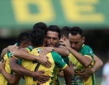 Los jugadores de Guastatoya celebran la anotación de Luis Martínez. (Foto Prensa Libre: Carlos Vicente)