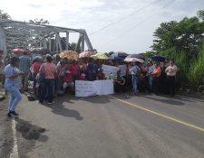 El puente Castillo Armas en el kilómetro 178 permanece bloqueado por maestros. (Foto Prensa Libre: Rolando Miranda)