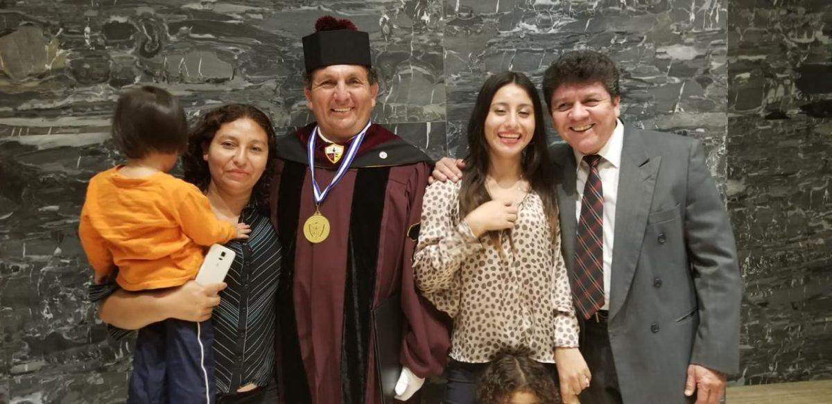 Migrante que protagoniza película sobre la guerra de Guatemala recibe doctorado honoris causa