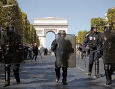 """La policía antidisturbios francesa aseguró una calle cerca de los Campos Elíseos durante la manifestación del movimiento """"chalecos amarillos"""". (Foto Prensa Libre: EFE)"""