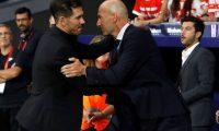 GRAF850. MADRID, 28/09/2019.- El entrenador del Atlético de Madrid, Diego Pablo ''Cholo'' Siemone (i), saluda a su homólogo del Real Madrid, Zinedine Zidane (d), antes del partido entre ambos equipos correspondiente a la séptima jornada de LaLiga, este sábado en el estadio Wanda Metropolitano de Madrid. EFE/ Juanjo Martín