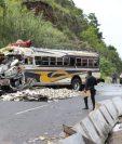 El camión y la camioneta quedaron destruidos del fuerte impacto. (Foto Prensa Libre: Érick Ávila)