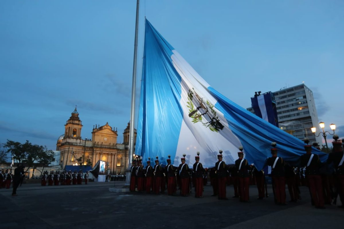 Presidente Jimmy Morales participa en festejos patrios en la Plaza de la Constitución